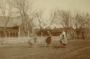 JGKlein-Women_on_bicycles,_late_19th_Century_USA