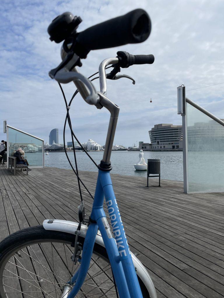 image d'un vélo bleu, mer, bateau, hotel W