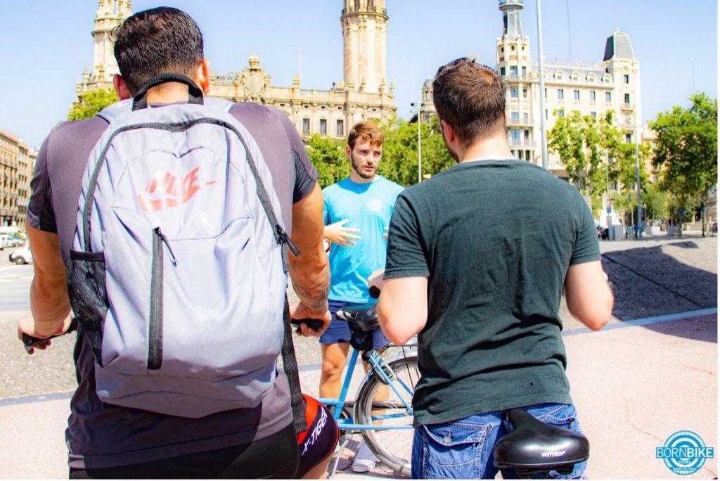 explicaciones del guía durante el tour con Born Bike Tours Barcelona
