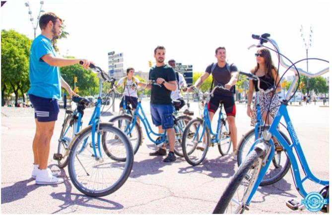 foto de una visita guiada donde vemos personas con sus bicicletas azules, estas son bicicletas de Born Bike Tours Barcelona.