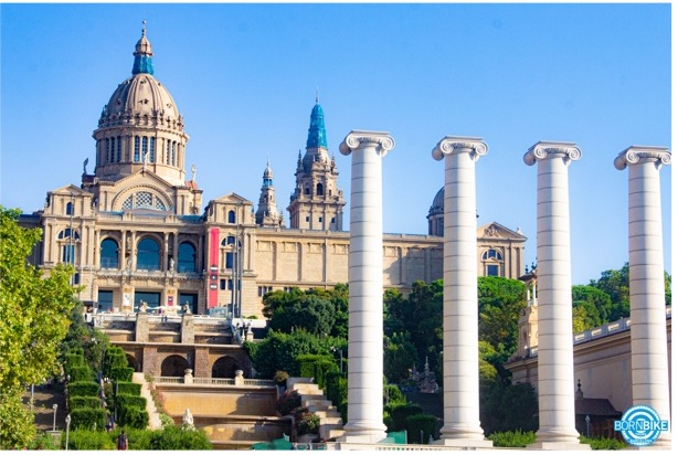 Une image contenant extérieur, bâtiment, ville, bâtiment gouvernemental, musée national d'art de Catalogne