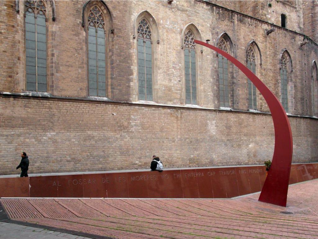 Une image contenant bâtiment, extérieur, lieu de culte, voûte, des personnes