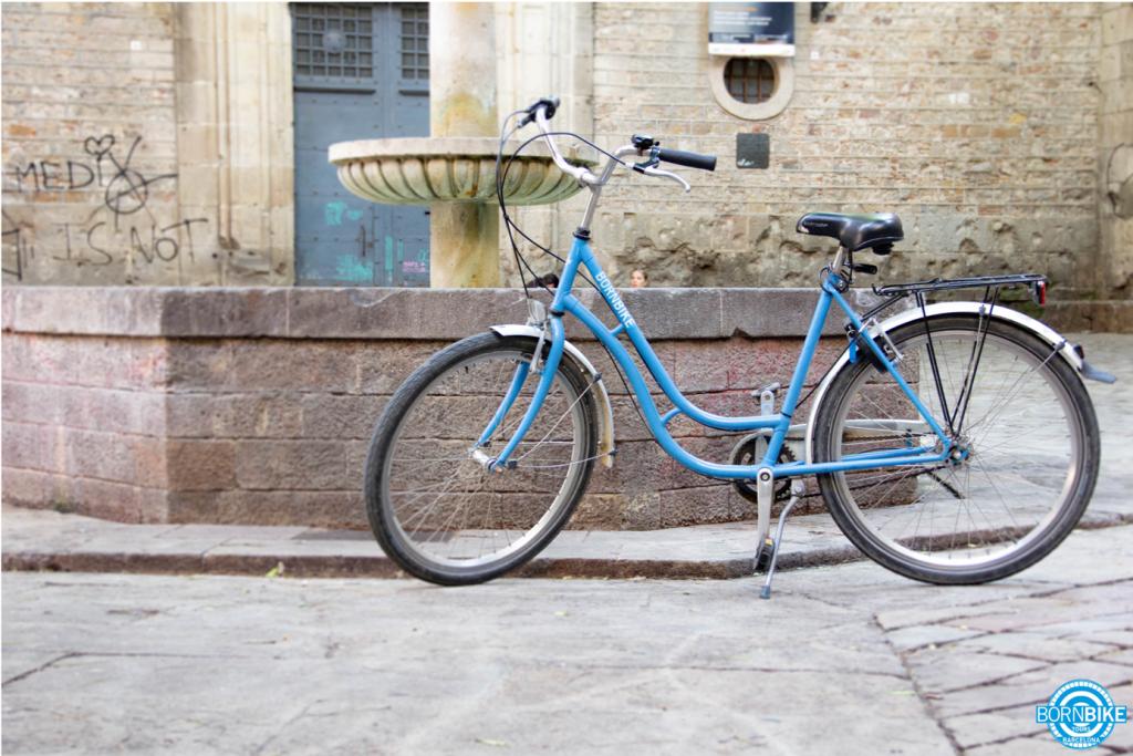 Une image contenant vélo, extérieur, bâtiment, terrain, fontaine