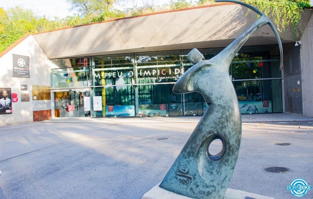 Une image contenant extérieur, sautant, statue, musée olympique