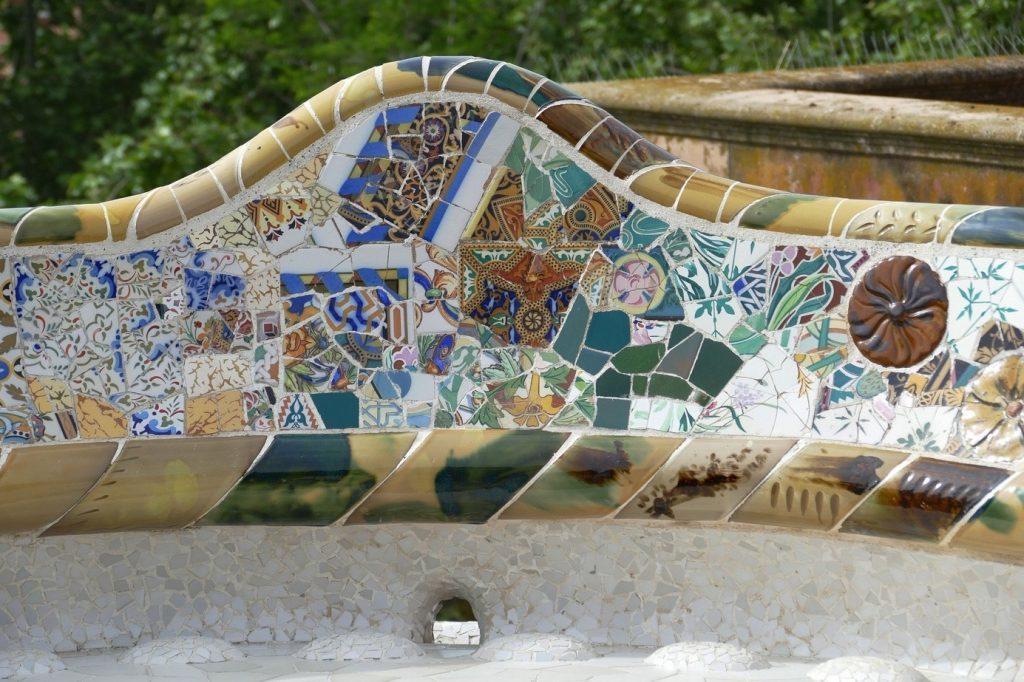 Une image contenant extérieur, un banc en mosaïque, Park Güell