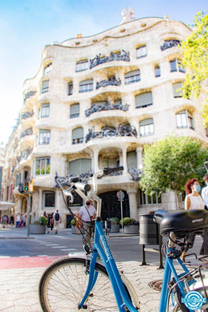 Une image contenant bâtiment, extérieur, terrain, vélo, transport