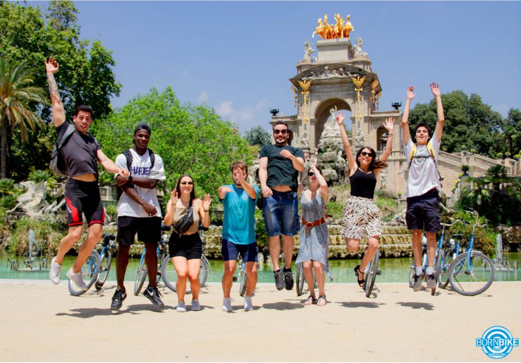 Une image contenant extérieur, ciel, personne, groupe, vélo bleu, born Bike tours Barcelona