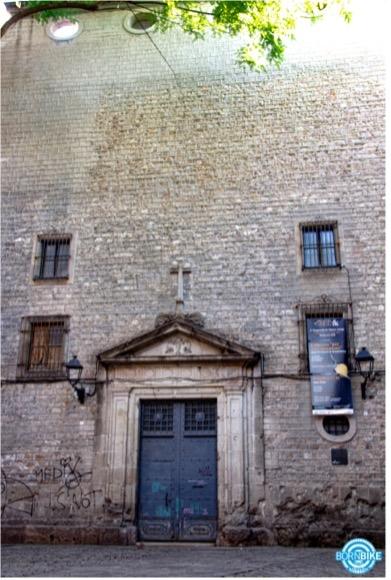 imagen de un edificio que contiene una puerta, luz, ventana, San Felip Neri, Born Bike Tours Barcelona, texto