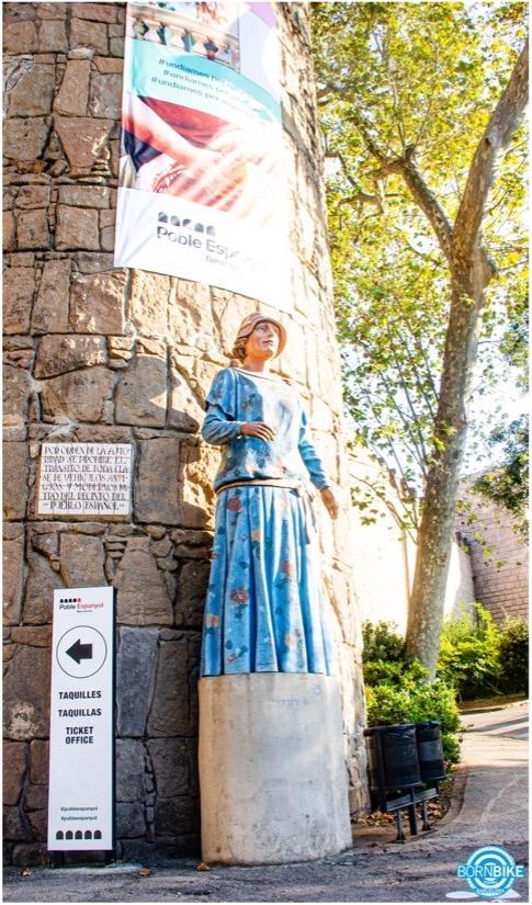 estatua de una mujer en ropa azul del Pueblo Espanyol