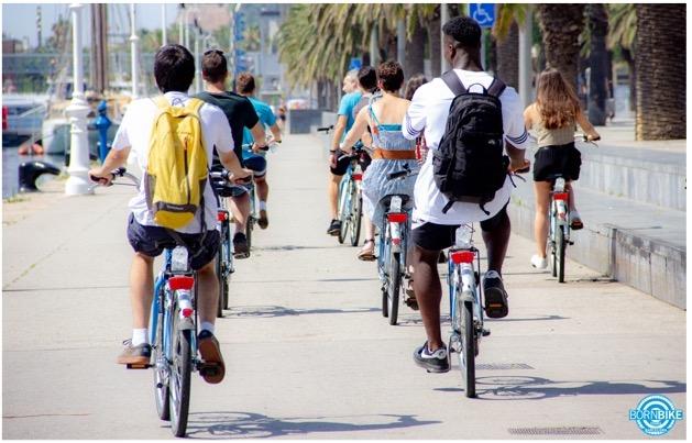 une image contenant une route, des personnes, des vélo, des palmiers, Born Bike tours Barcelona, texte
