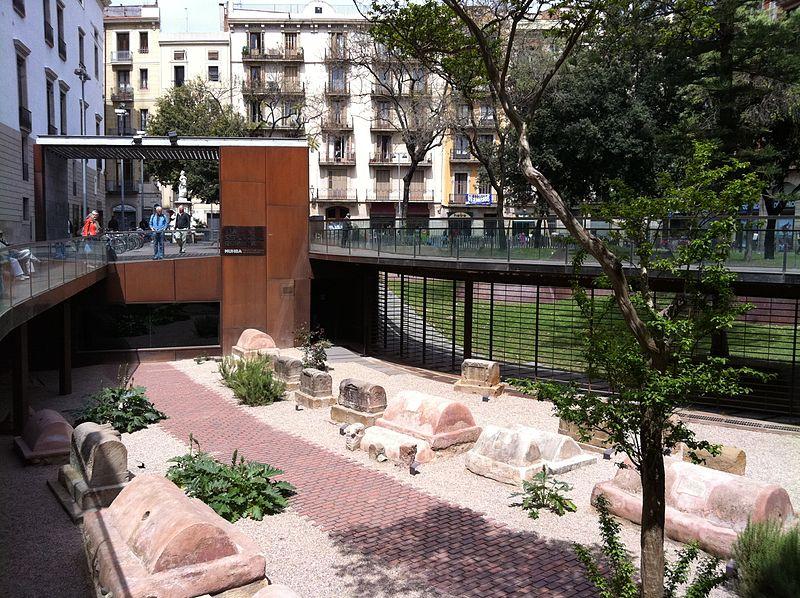 Fotografia de la necrópolis romana de Barcelona. Se ven las tumbas de los muertos a lo largo de lo que era antiguamente la carretera