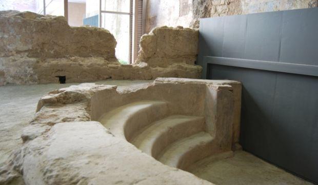 Escaleras de piedra que permiten la entrada a la piscina de la termas. Es una mezcla de materias dado por su renovación que incluyeron vidrio y metal ademas de la piedra original