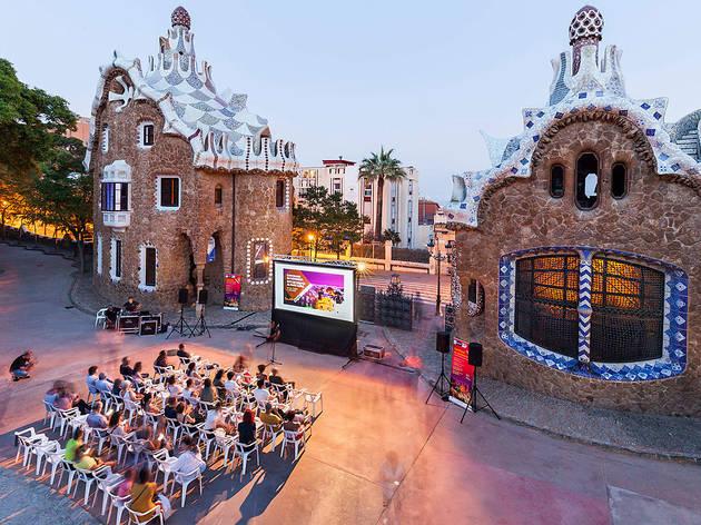 projection d'un film dans le Parc Güell de Barcelone