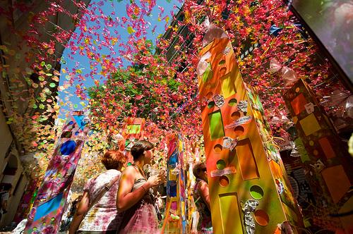 La colorida calle de Gracia durante la fiesta