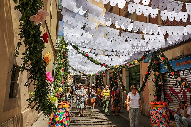 La calle Gracia durante la fiesta anual del barrio de Gracia