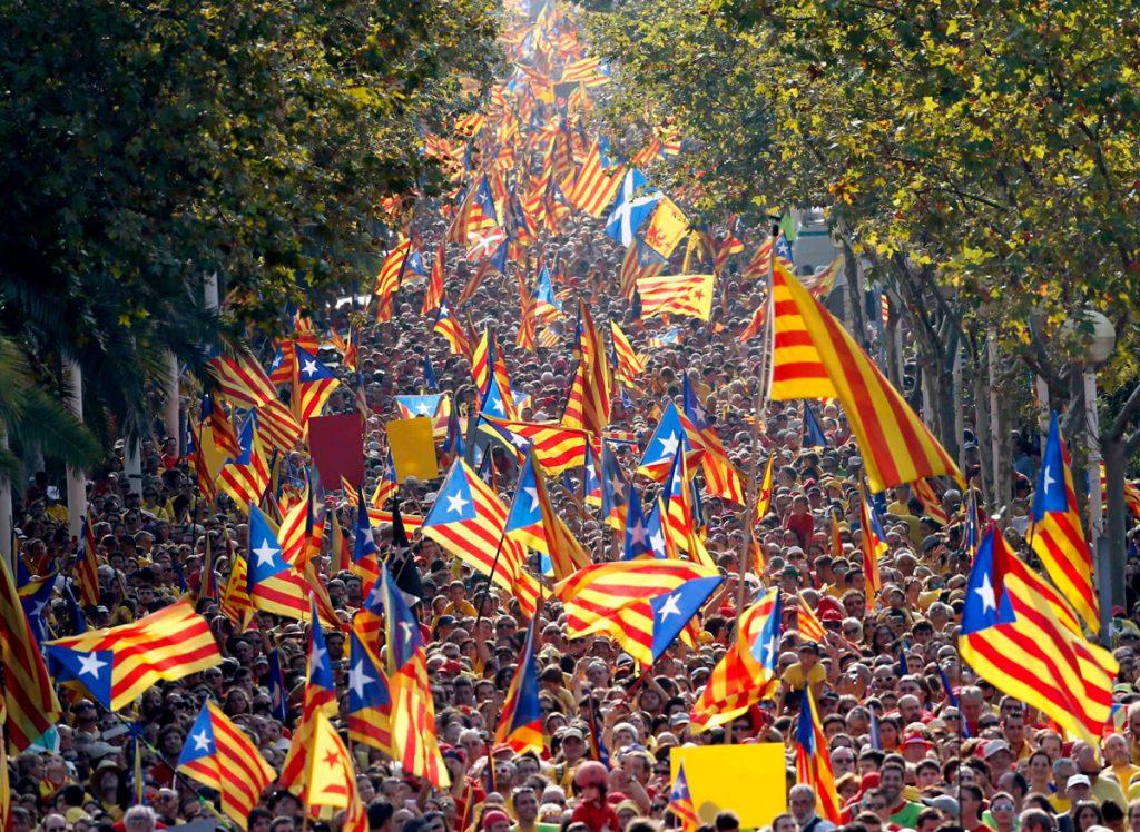ondeo de la bandera de Cataluña en la fiesta de cataluna